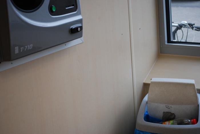 Dosenpfand-Gewinntonne beim Discounter. Praktische Einrichtung: Direkt neben dem Rücknahmeautomaten steht eine Mülltonne für Einwegflaschen, die die Maschine nicht schluckt. Für den Verbraucher eine teure Angelegenheit. Pro Flasche verbleiben 25 Cent in der Kasse des Discounters.