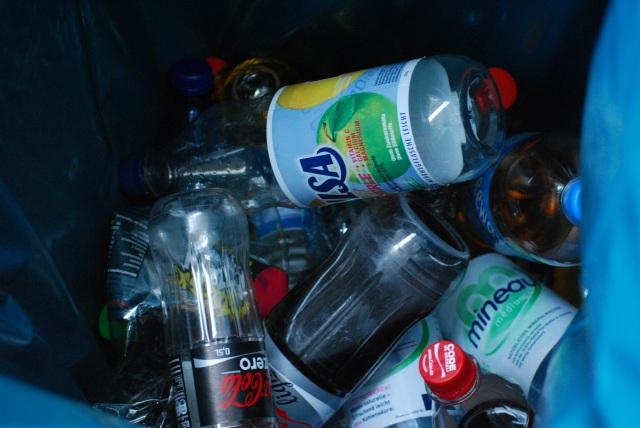 Dosenpfand-Gewinn nicht nur mit Importware. Müllbehälter an der Flughafenkontrolle - Passagiere verzichten unfreiwillig auf Pfandgelder