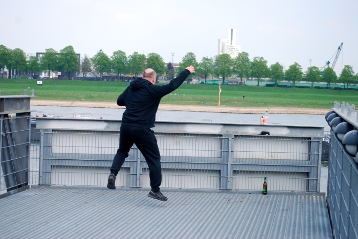 Affe springt in den Rhein