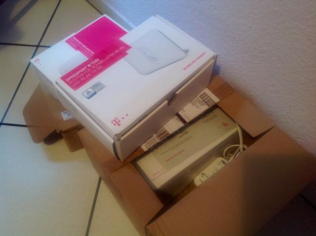 Überflüssige Telekom-Router türmen sich in der Küche.