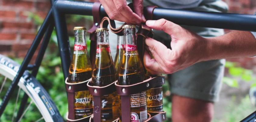 Die-Fahrradtaschen-des-amerikanischen-Unternehmens-Fyxation-eignen-sich-fuer-den-Transport-eines-Sixpack-Bier